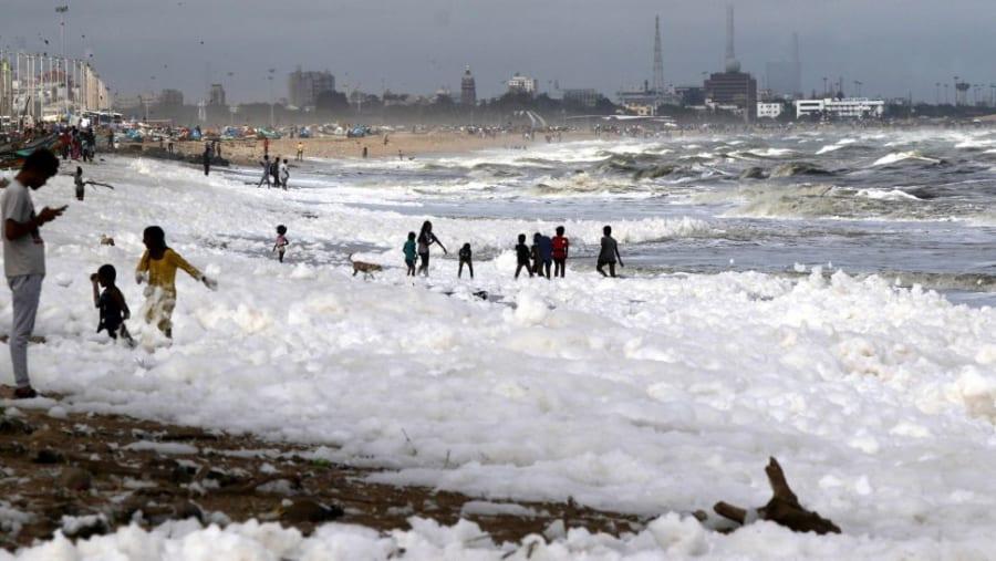 雪じゃない?インドの浜辺に「有毒な泡」が大量に押し寄せる