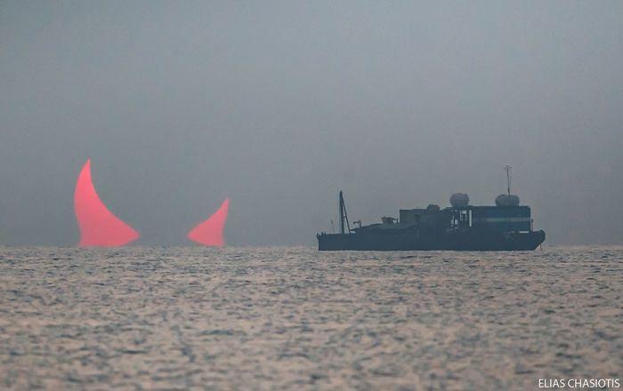 「悪魔の角」のような太陽、カタールの沿岸都市で撮影される