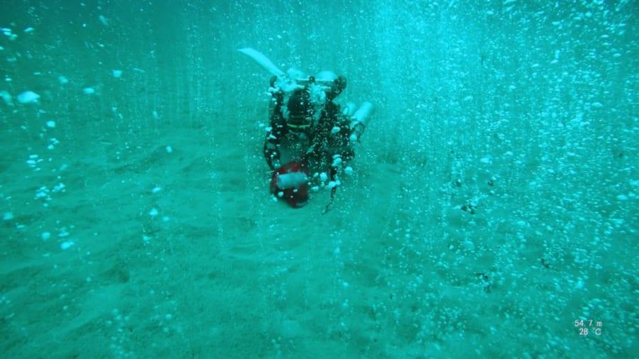 フィリピンの海底に謎の「大量の泡」がわき出る場所を発見