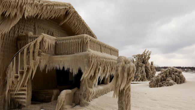 「ナルニア国」かな?地域丸ごと凍ってしまったエリー湖周辺の家々