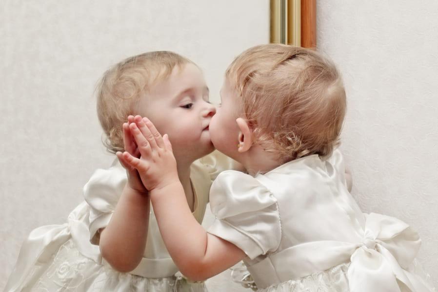 赤ちゃんが鏡を見てはしゃぐのはなぜ?
