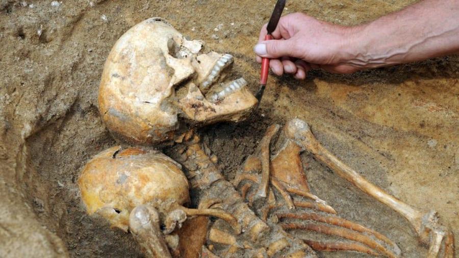 ドイツ駐車場の地下から「中世の大虐殺」の証拠が見つかる!犯人はあの権力者?