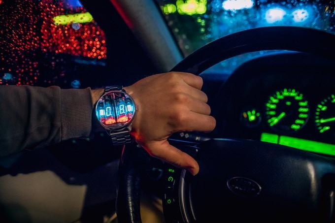 「ニキシー管」を使ったSFチックな腕時計が発売! 宇宙工学の技術も応用