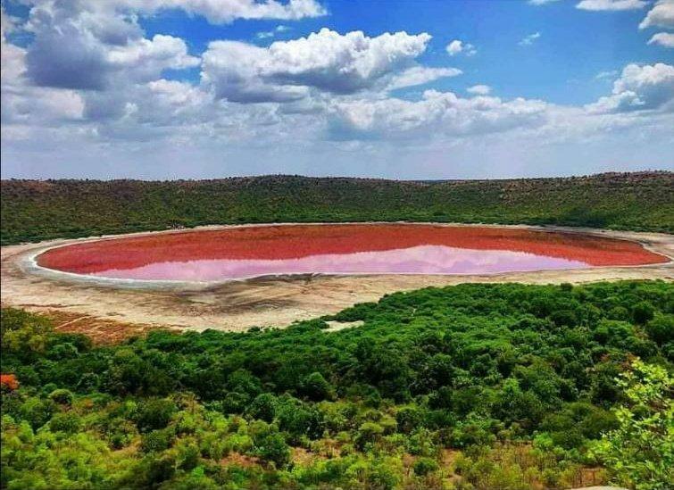 湖が一晩で「真っ赤」に変色する怪奇現象が発生。 その原因とは?(インド)