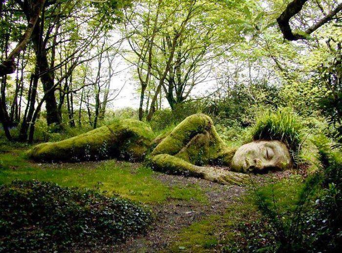 季節によって姿を変える。「生きた女神」が横たわる神秘的な庭園(イギリス)