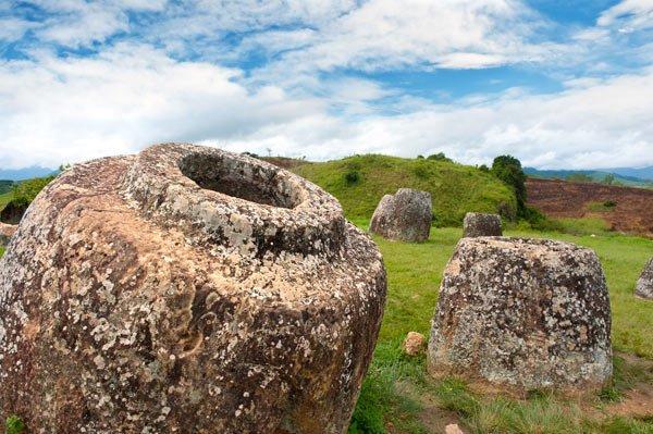 巨人がつくった!? 数千の石壺が存在する「ジャール平原」の謎(ラオス)
