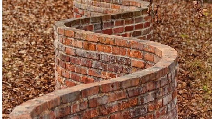 見たことある? 蛇みたいに「くねくねしたレンガ塀」 波形加工には強度を上げる役割があった。