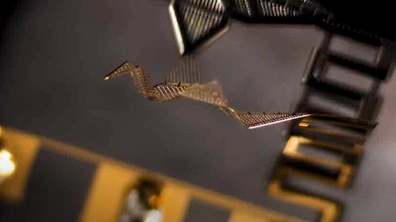 指の関節みたいに折り曲がる「折り紙マイクロボット」が開発される