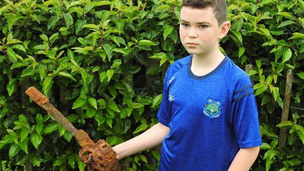 10歳の少年が金属探知機で「300年前の名刀」を掘り当てる。これぞビギナーズラック!(英)