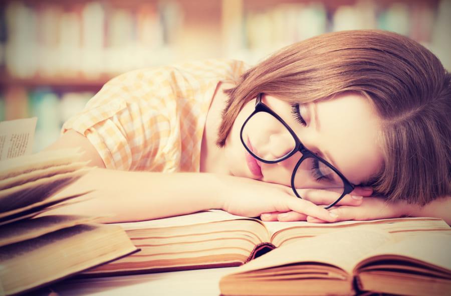 睡眠中、脳は昔の記憶が上書きされないように再編成していると判明! たくさん勉強しても記憶はなくならない
