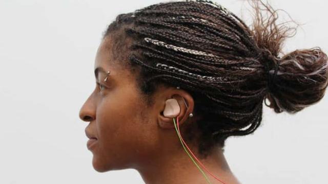 耳につけるだけで、外国語のリスニング能力が2倍になるウソみたいな装置。耳から「脳神経」を刺激する