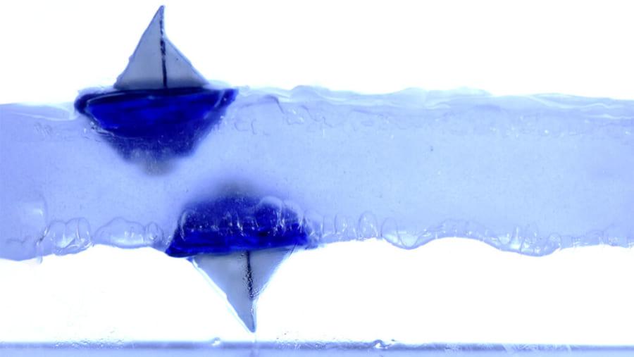 液体を振動によって宙に浮かせ、ヨットを「逆さまに浮かべる」ことができる。まるで反重力のような光景