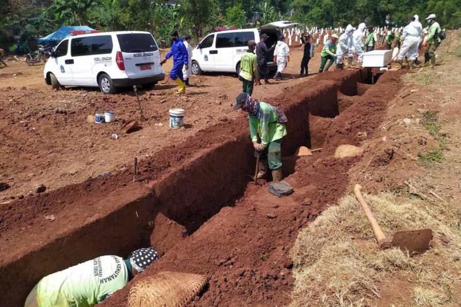 """インドネシア、マスク着用を拒否した人に「墓地を使った奇妙な罰則」を科す。""""墓掘り不足""""も補える異例の措置!?"""