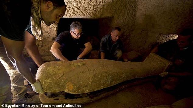 """2500年前の「古代エジプトの棺」を新たに13基発掘!墓荒らしにあわず""""完全密封された""""状態で発見の画像 3/4"""