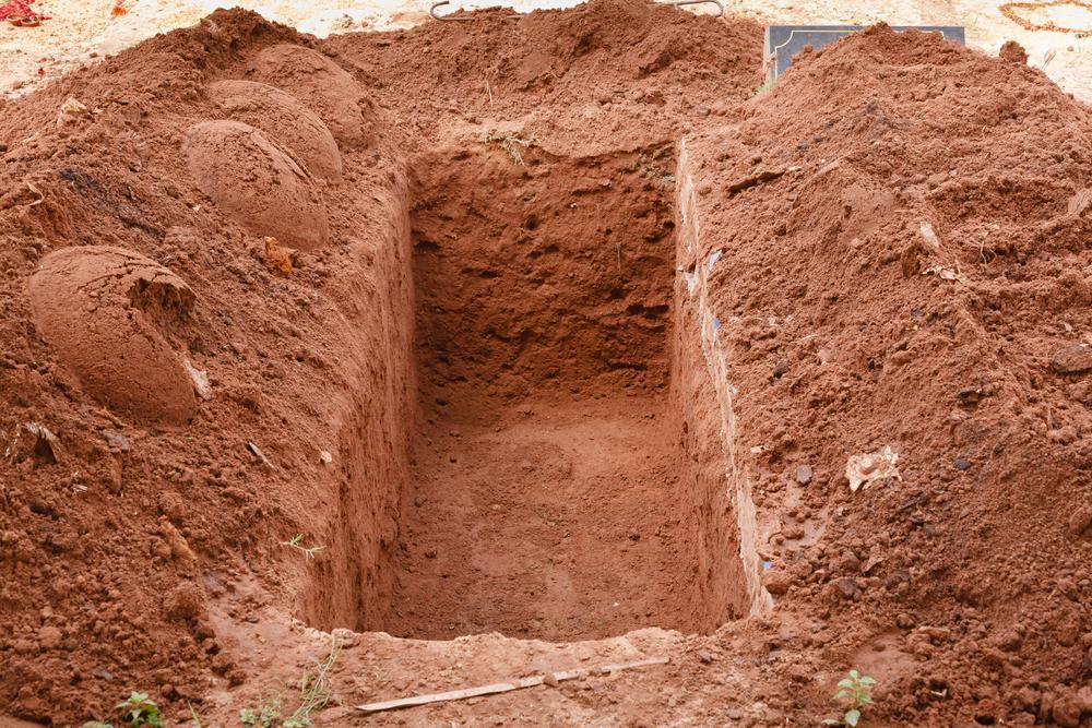 """インドネシア、マスク着用を拒否した人に「墓地を使った奇妙な罰則」を科す。""""墓掘り不足""""も補える異例の措置!?の画像 2/5"""