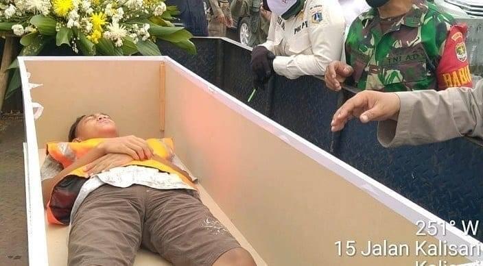 """インドネシア、マスク着用を拒否した人に「墓地を使った奇妙な罰則」を科す。""""墓掘り不足""""も補える異例の措置!?の画像 3/5"""
