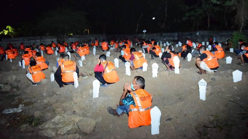 """インドネシア、マスク着用を拒否した人に「墓地を使った奇妙な罰則」を科す。""""墓掘り不足""""も補える異例の措置!?の画像 5/5"""