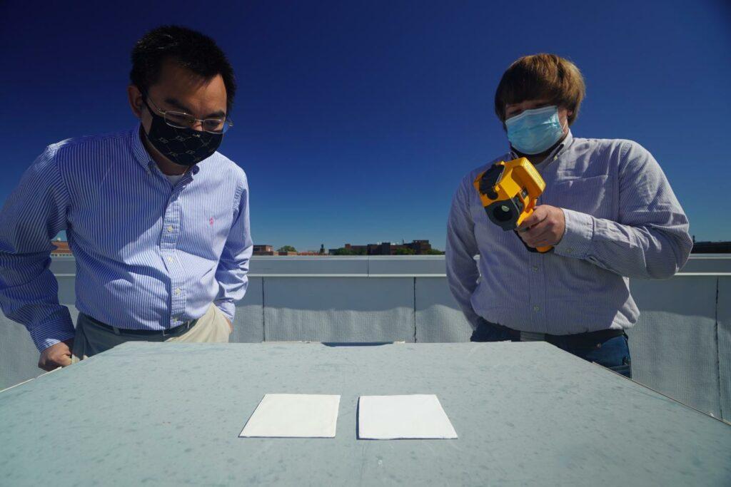 放射冷却塗料と市販塗料を並べてテストするルアン氏と博士課程の学生パイク氏