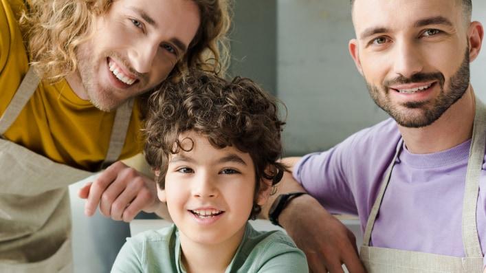 同性の間で育てられる子供は世界中で増加している