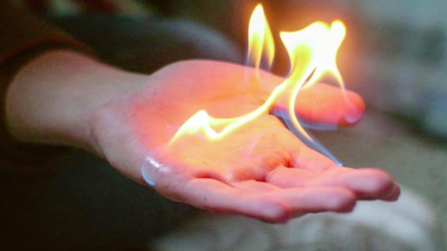 """人体の""""自然発火""""はありえるのか? 最も有力な「ロウソク効果」を解説"""