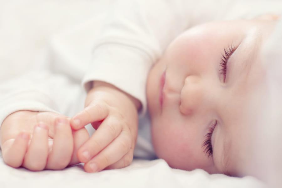 帝王切開で生まれた赤ちゃんにお母さんの「糞便」を与えて健康な微生物叢を構築する研究