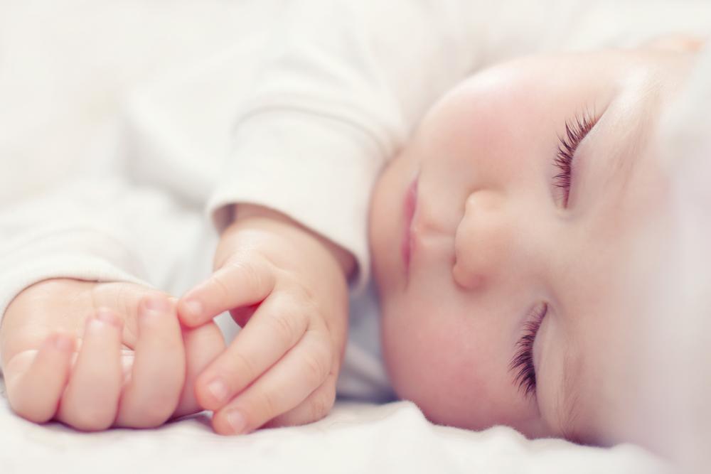 眠る新生児。