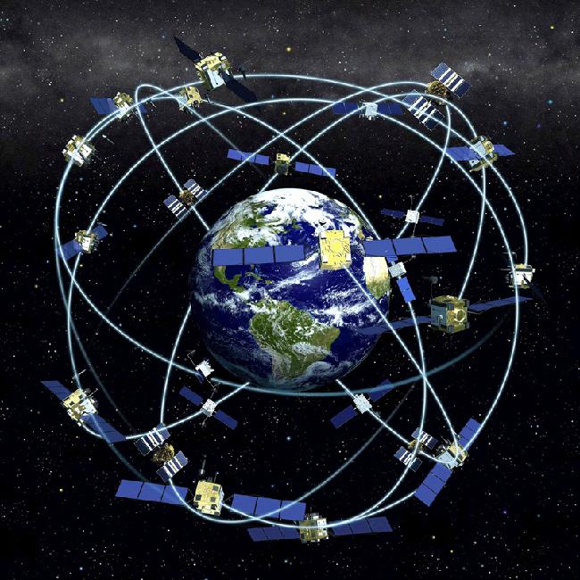 地球を取り囲むGPS衛星。GPS衛星は常時4つが上空に確認できるように飛んでおり、位置情報はこの内3つの衛星の信号を使って計算される。