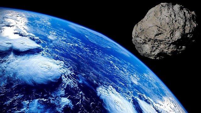 地球へ向かう小惑星。