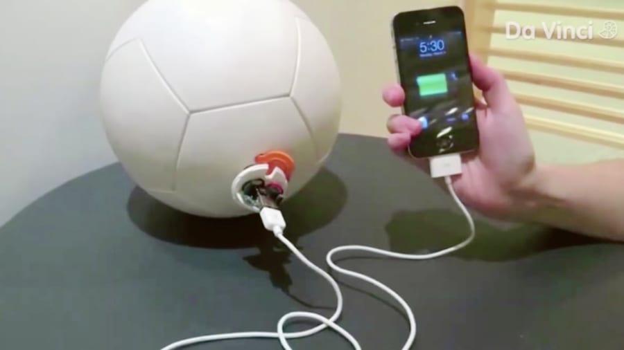 キック力を電気に変換するサッカーボールが、子どもたちの未来を明るくする