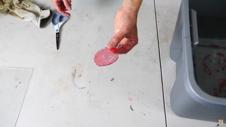 ケモメカニカル効果でガラスを円形にもカットできる