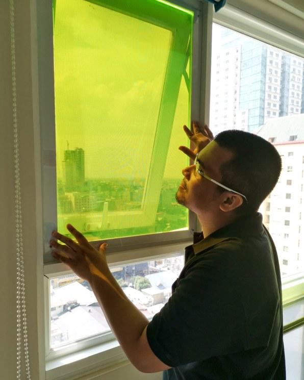 窓の大きさのパネルで1日に携帯2台充電できる