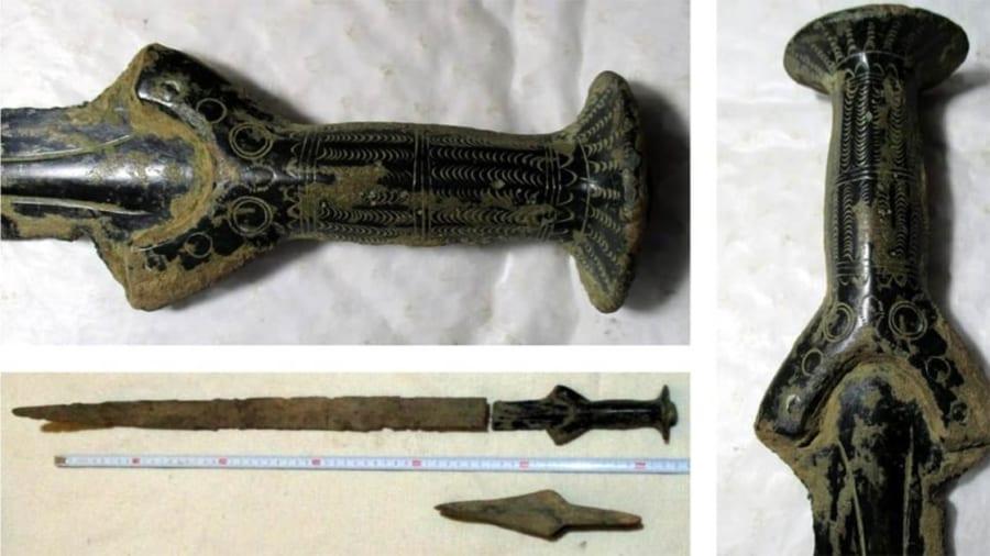 キノコ狩り中に3300年前の豪華な「ブロンズソード」を発見!儀式用の高価な剣