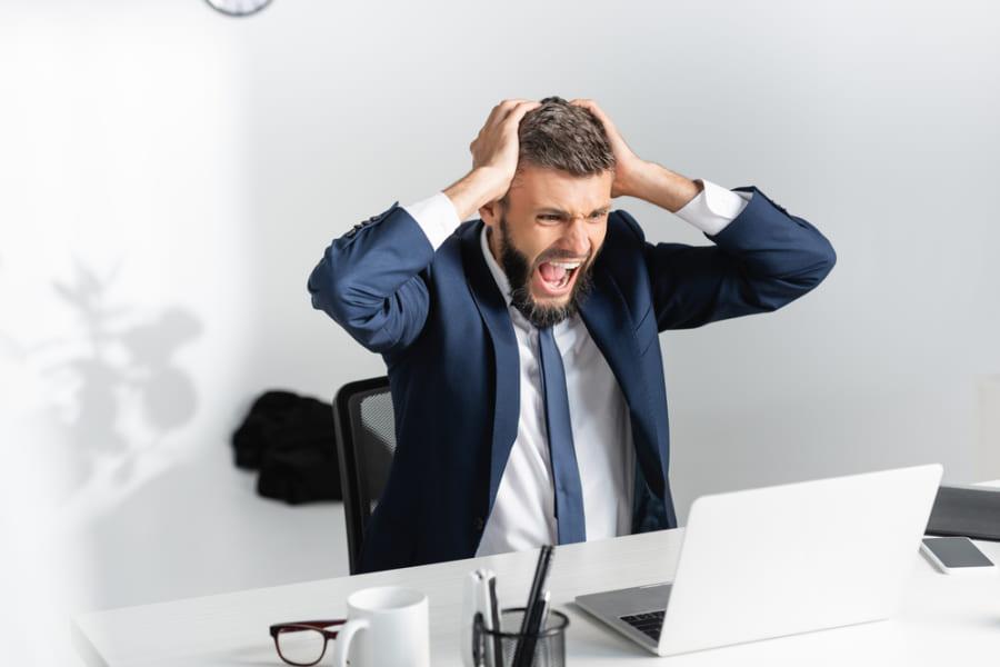 チャットで仕事を中断されるとイライラする? 職場で受けるストレスの意外な研究結果