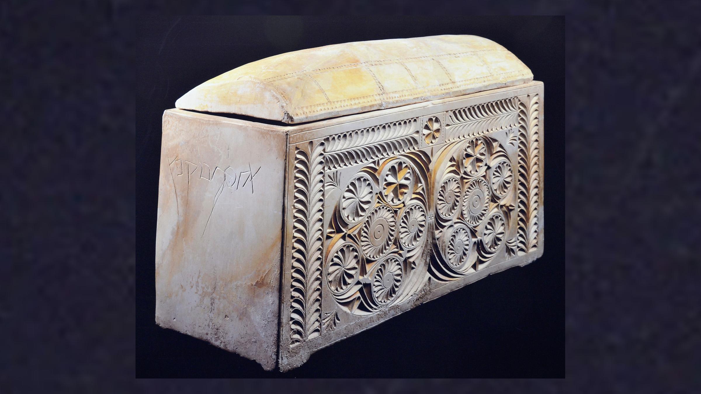 墓から見つかった納骨箱