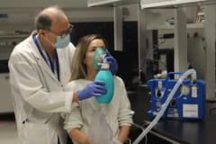 安全に過呼吸状態へ導く医療器具「ClearMate」を使用している様子。