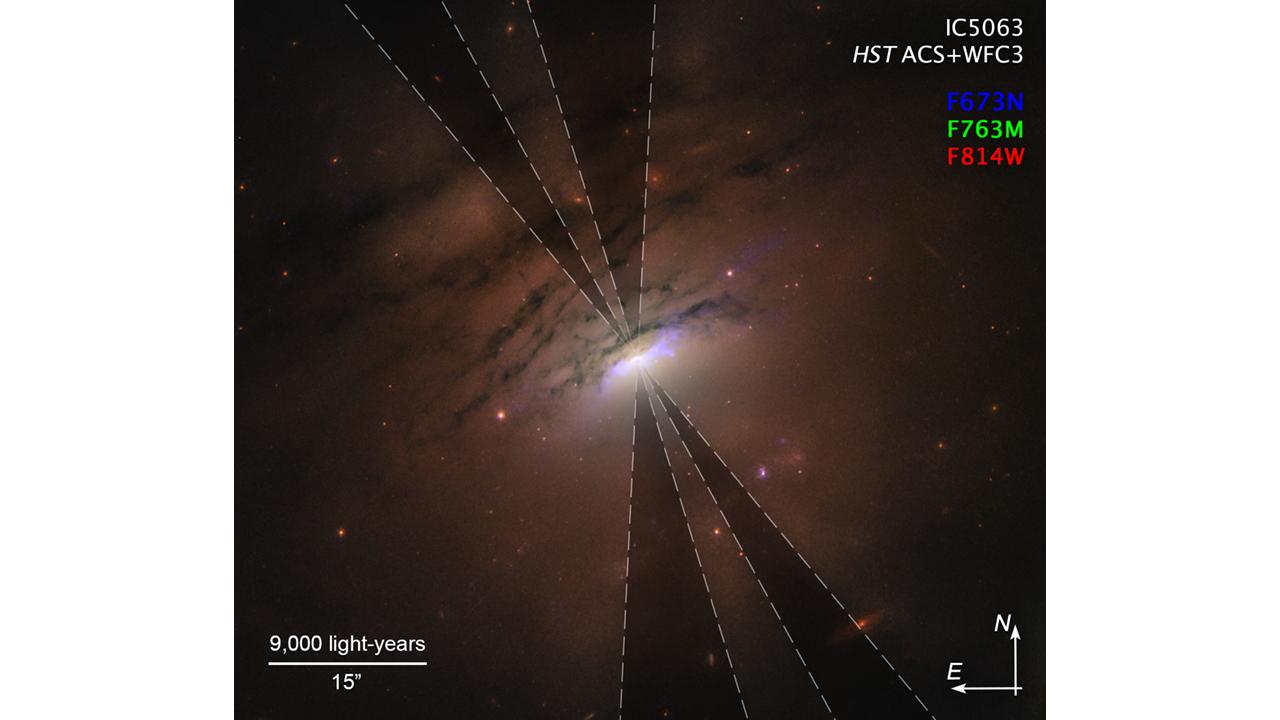 活動銀河「IC 5063」で見つかった影の光線。