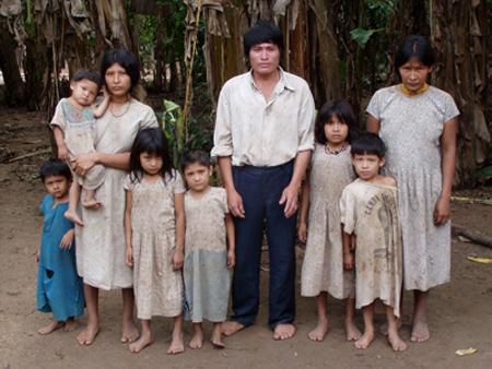 ボリビア、チマネ族の家族の写真。