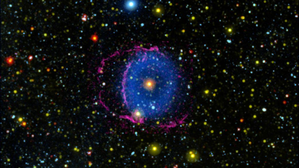 青色環状星雲の地球からの撮影画像。青い環と赤い帯が星を囲んでいるように見えるが……?