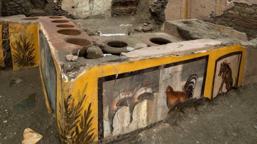 カウンターに見られる土鍋の穴
