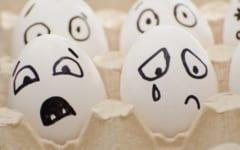 簡単なイラスト表現でも、涙の有無の影響は大きい。