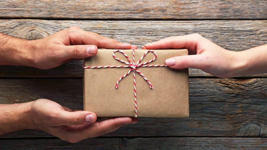プレゼントをする喜びは、貰う喜びより長持ちすることが判明!