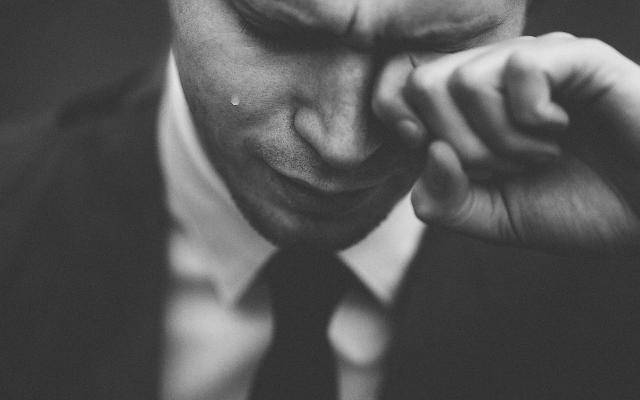 頬に涙があるかないかで、その印象は大きく異る。