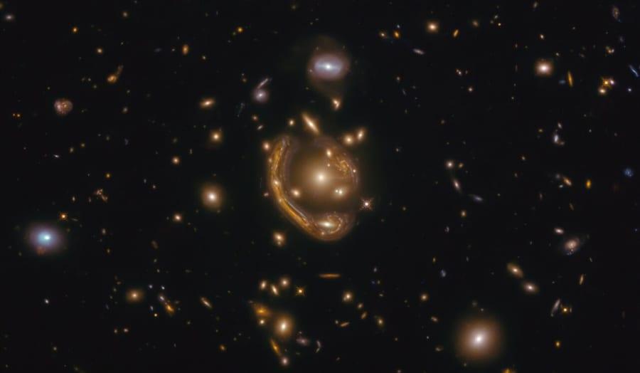 重力が魅せる「溶けた指輪」。 ハッブル宇宙望遠鏡がアインシュタインリングの撮影に成功!