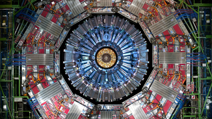 CERNが建設した大型衝突加速器の断面図