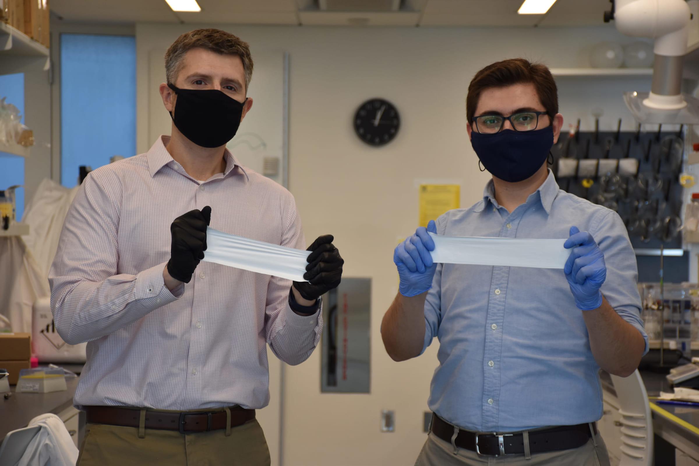 研究者が披露するスマート包帯。包帯にはカーボンナノチューブセンサーが埋め込まれている。