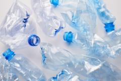従来のプラスチックリサイクルには課題が多い