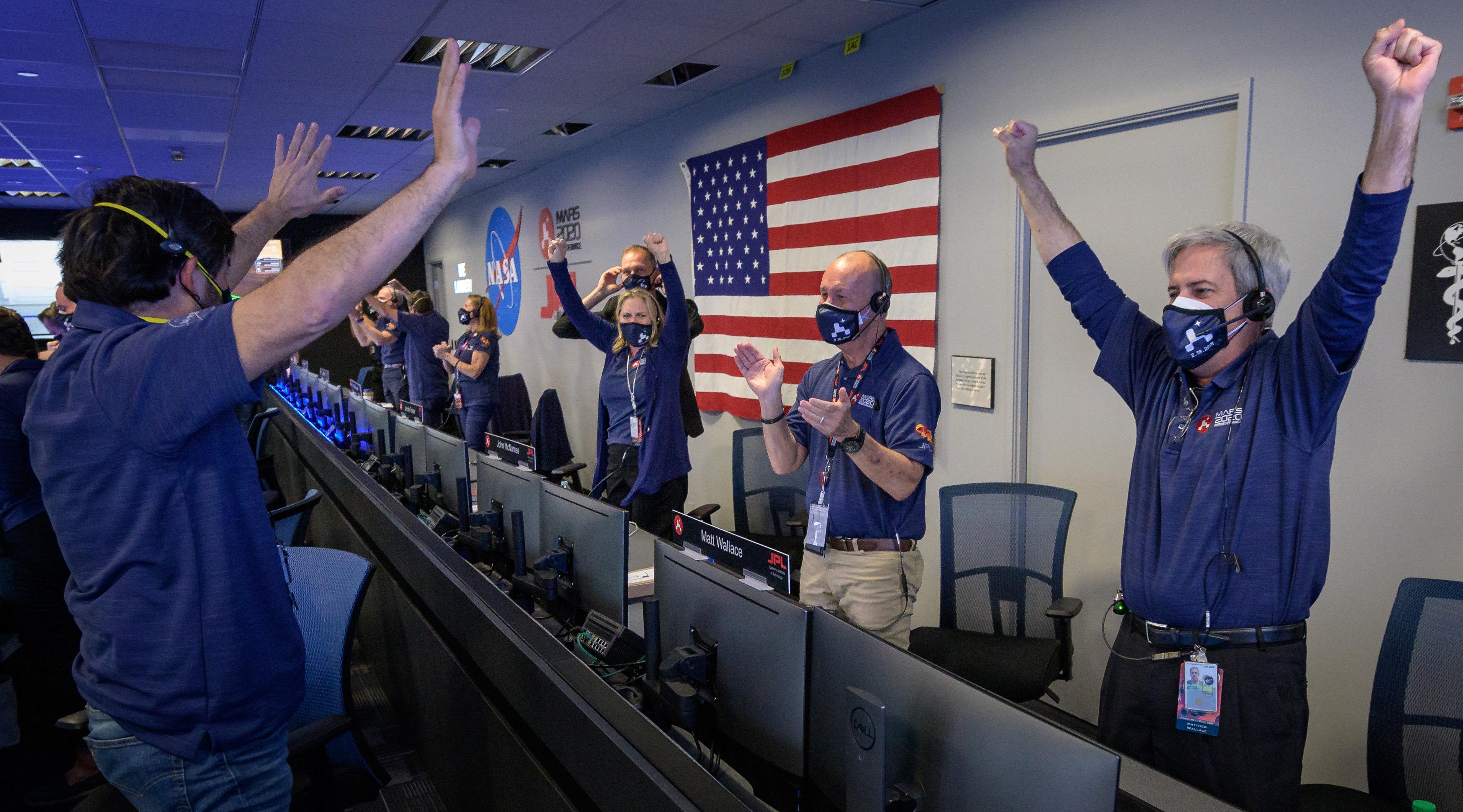 パーサヴィアランスの火星着陸成功に歓喜するNASAのチームメンバー。