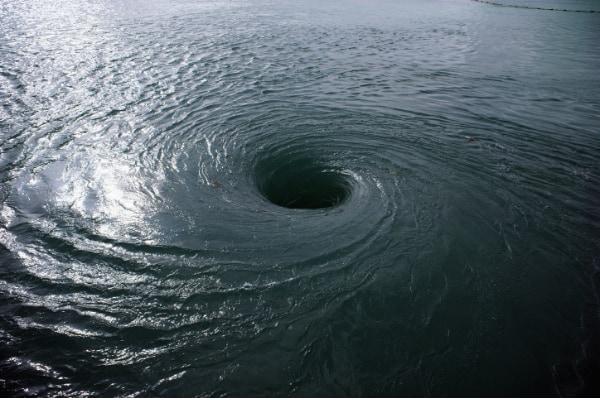 大量の水を吸い込む排水の渦は、ブラックホールを連想させる。