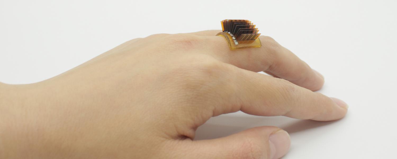指輪型の熱電ウェアラブルデバイス。