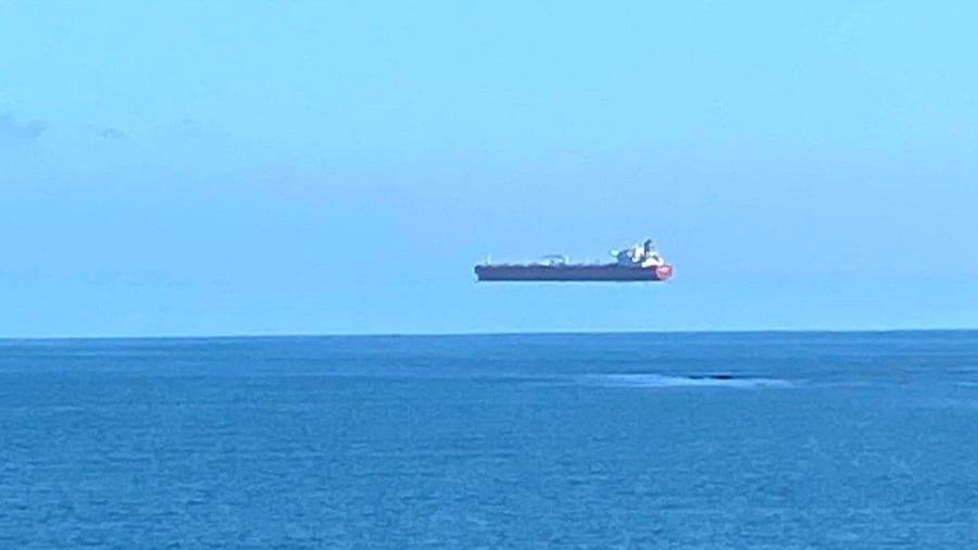 イギリス沖に「空飛ぶ船」が出現⁈ モノが浮いて見える「上位蜃気楼」の仕組みとは